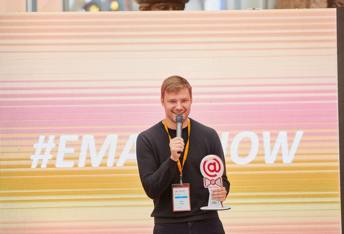 Иван Ильин получает премию на EmailShow 2017