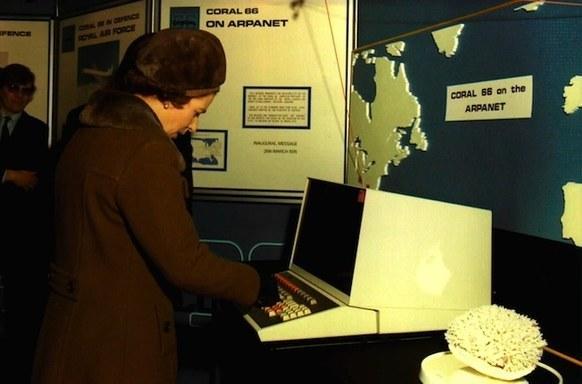 Королева Елизавета II отправляет электронное письмо