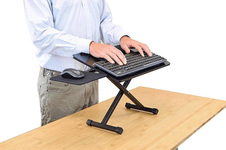На такую подставку можно поставить клавиатуру с мышкой или ноутбук и работать стоя. Источник фото