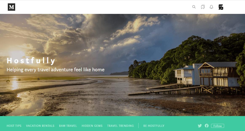 Блог Hostfully на Medium выглядит как отдельный сайт: с рубрикатором публикаций, ссылкой на продукт и соцсети, статьями от реальных бизнесменов-путешественников